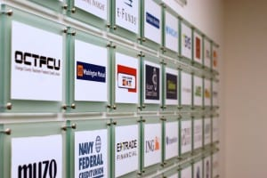 Eine Kundenliste gibt es bei der RSA nicht, aber die Kundenschilder am Eingang lesen sich wie das Who-is-Who der Branche. Bild: Uli Ries / AFCC