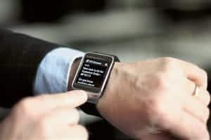 Eine aktuelle Machbarkeitsstudie von IFS zeigt, wie sich Business-Anwendungen auf Wearables nutzen lassen. So können beispielsweise Außendienst-Techniker auf Smartwatches wie der Samsung Gear 2 über wichtige Ereignisse benachrichtigt werden. Bild: IFS