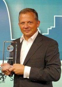"Matthias Kröner, Vorstand der Fidor Bank AG mit dem Preis ""World Finance Banking Awards 2013: Fidor Bank - Most Sustainable Bank, Germany"""