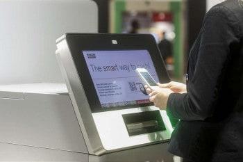 Mobiltelefon statt Bankkarte: Smart ATMs steuern Kunden über eine Smartphone App. Quelle: Wincor Nixdorf