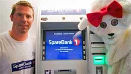 Filialmitarbeiter Svenn Are Johansen, CINEO System: Der weltweit nördlichste Cash Recycler bewährt sich bei der Sparebank1 Nord-Norge Wincor Nixdorf