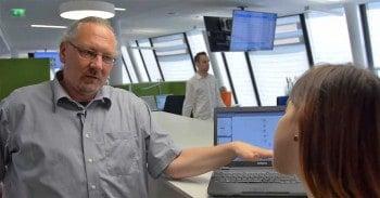Fiona Krakenbürger lässt sich von Dr. Jürgen Haas, Experte für Spracherkennung und Dialogdesign beim Münchner Systemhaus Crealog, erklären, wie das Sprachportal der Sparda Bank Nürnberg funktioniertCrealog
