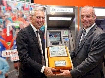 Gerhard Luftensteiner (KEBA) und Hans-Jürgen Lüchtenborg (Sparda-Bank Südwest)  mit der Torte anlässlich des 111. Cash-RecyclersKEBA