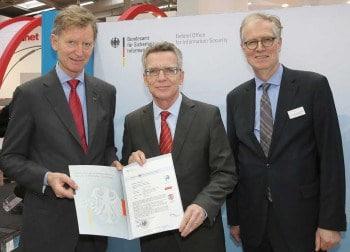 GDV-Präsident Alexander Erdland, Bundesinnenminister Thomas de Mazière und BSI-Präsident Michael Hange bei der Verleihung des ZertifikatsGDV