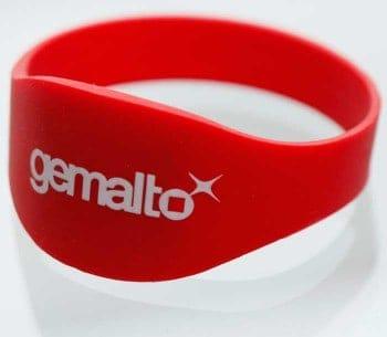 Vor dem Heimspiel der Saracens am 11. April wurden die Armbänder mit einem Guthaben von £5 an Fans verteilt. Gemalto