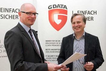 Heiko Wolf (Vorstand G4C), links im Bild und Andreas Lüning (Vorstand G DATA) besiegeln die PartnerschaftG DATA
