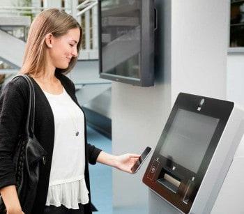 Über den Cineo C2020 & einem Smartphone mit App kann auch Geld an Dritte ausbezahlt werden.Wincor Nixdorf
