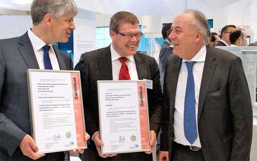 Übergabe der TCDP-Zertifikate an VDG-Geschäftsführer Dr. Carsten Braatz (links) und Uniscon-Geschäftsführer Dr. Hubert Jäger (Mitte) durch BMWi-Staatssekretär Matthias Machnig (rechts)tuvit