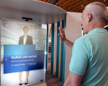 Ein Hingucker der besondern Art ist VRonie: Die Bankberatung per Videoprojektion, die auf die Bewegungen der Kunden reagiert.Fiducia & GAD