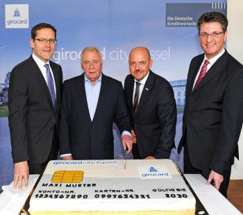 (v.l.n.r.): Jochen Johannink (stellv. VV Kasseler Sparkasse), Hendrik Jordan (Mitglied des Kasseler Stadtrates), Ingo Limburg (Leiter Marketing und PR EURO Kartensysteme), Wolfgang Osse (Vorstand der Kasseler Bank)