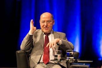 Auch MdB Gregor Gysi blieb seiner Linie auf dem Finanzsymposium treu.Team Uwe Nölke