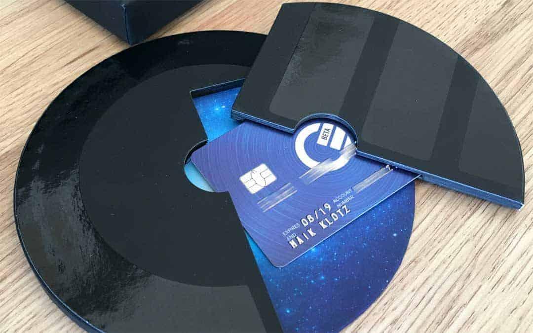"""Aufwendige Verpackung und eine App: Curve sammelt verschiedenste Kreditkarten unter einem """"Dach"""".Maik Klotz"""
