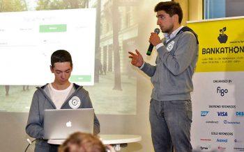 Das Team IntraBase pitcht seine IdeeBankathon/figo