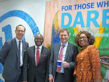 Oliver Bäte mit den anderen Offiziellen von Allianz Africa<q>Allianz