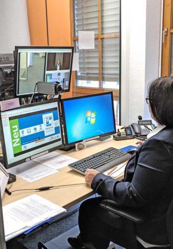 Den Bank-Mitarbeitern stehen neben der Videoverbindung auch das Banksystem und ein weiterer Computer zur schnellen Informationsbeschaffung bereit.<q>itfm</q>