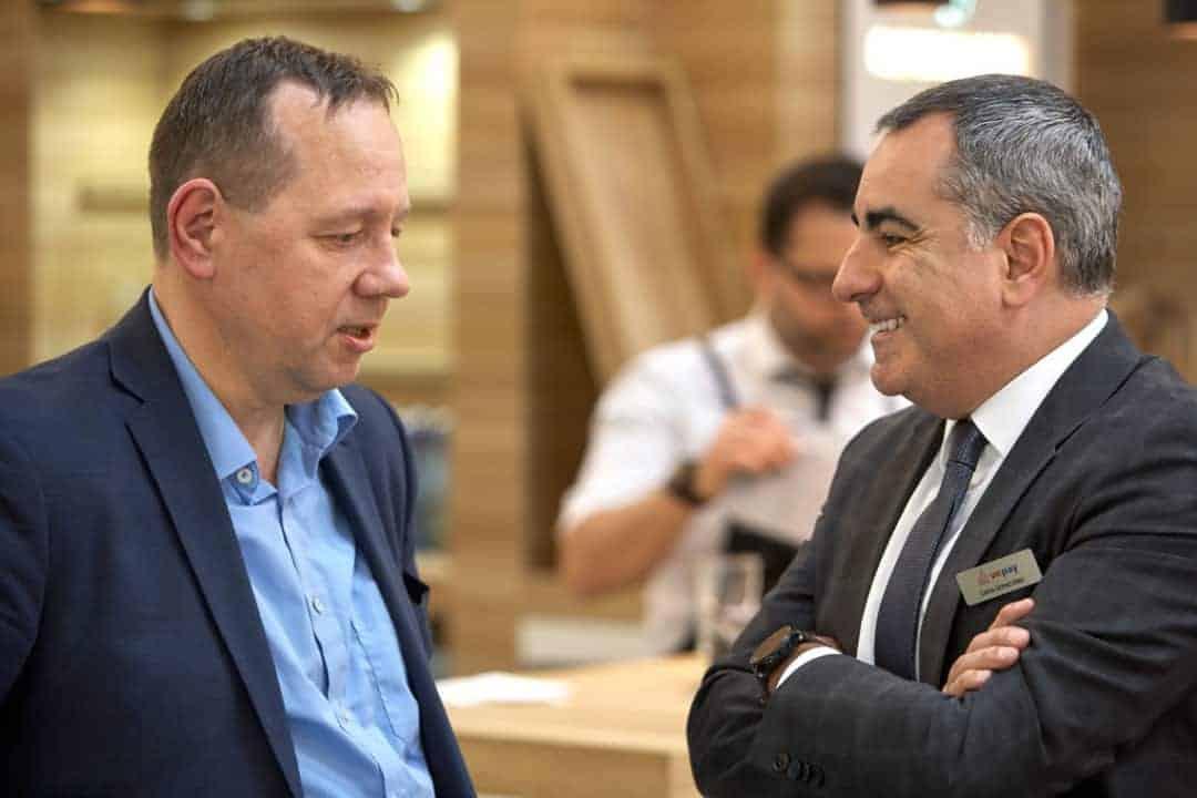 Carlos Gómez-Sáez (rechts im Bild), Vorsitzender der Geschäftsführung, CardProcess im Gespräch mit Rudolf Linsenbarth (links im Bild) während der EuroCIS