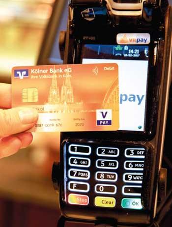 Weniger Bargeld vom GAA - dafür häufiger direkt am POS - auch bei kleineren Beträgen: Die Kartennutzung verändert sich.