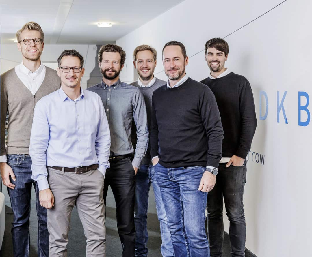 v.l.n.r. Konrad Maruszewski (Co-Founder Cringle), Alexander Lehsten (Geschäftsführer DKB Code Factory), Alexander Nehls (Co-Founder Cringle), Malte Klussmann (Co-Founder Cringle), Arnulf Keese (Chief Digital Officer DKB & Geschäftsführer DKB Code Factory), Joschka Friedag (Co-Founder Cringle), Quelle: DKB