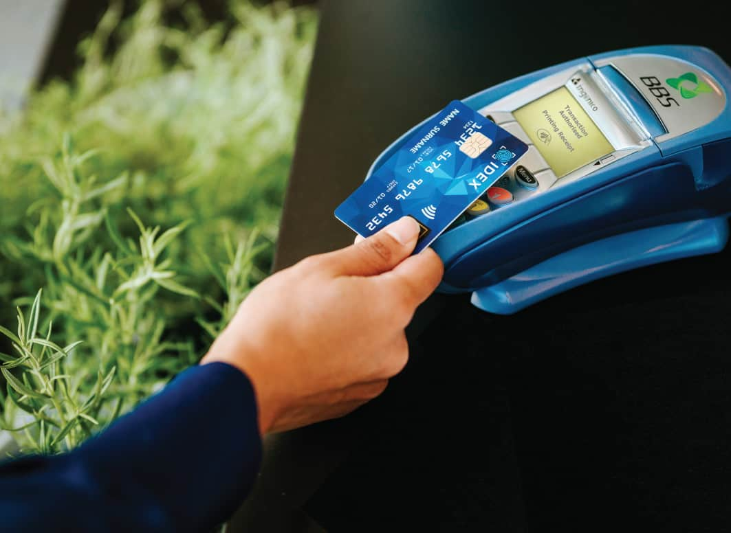 Erst kontaktlos die Karte lesen, dann per Fingerabdruck-Sensor die Zahlung autorisieren: so wird das Bezahlen einfacher und schneller. Quelle: Infineon