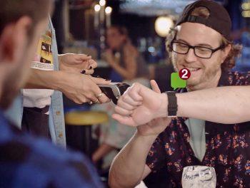 Seitenhieb von Swatch: Bezahlen per Apple-Watch. Durch Ablenkungen gar nicht so einfach.