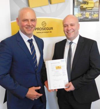Übergabe des ersten Zertifikates nach DIN 77210: Links VdS-Geschäftsführer Thomas Urban, rechts Heath White, Geschäftsführer der Prosegur Cash Services Germany