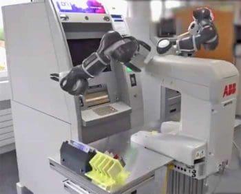 Roboter testet GAA-Automaten (hier von Diebold Nixdorf)
