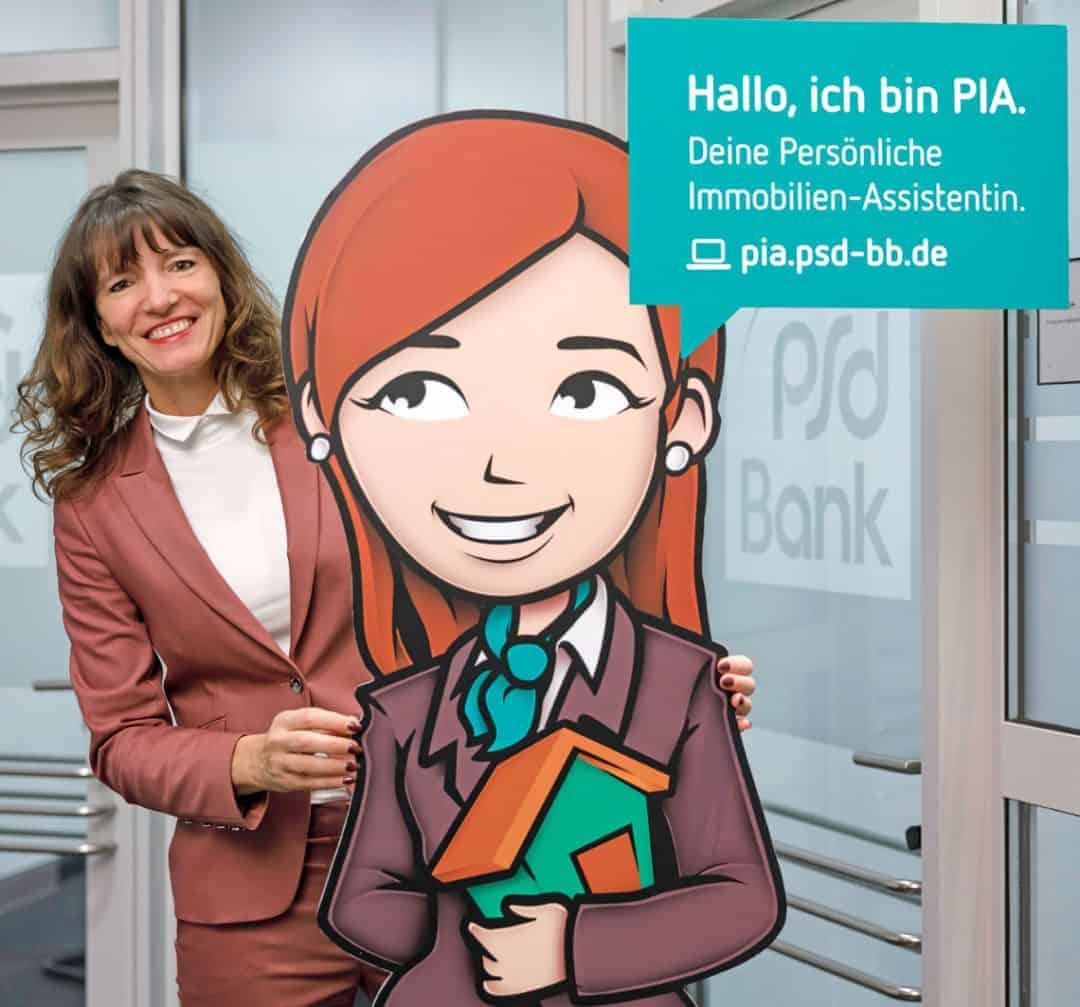 Grit Westermann, Vorstandssprecherin der PSD Bank Berlin-Brandenburg eG, mit PIA, der Persönlichen Immobilien Assistentin.