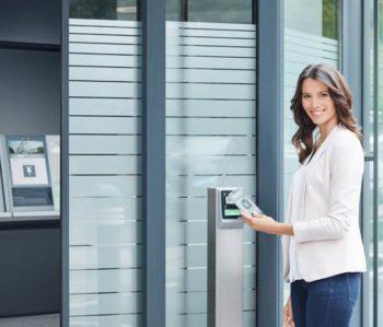 Kebin S10: Die kontaktlose Authentifizierung per NFC steuert alle Elemente des Foyers.<q>Keba</q>