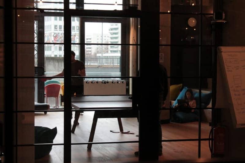 Vor der Corona-Krise: Tischtennis, Kicker und Sitzsack im Büro. <q>Helge Denker