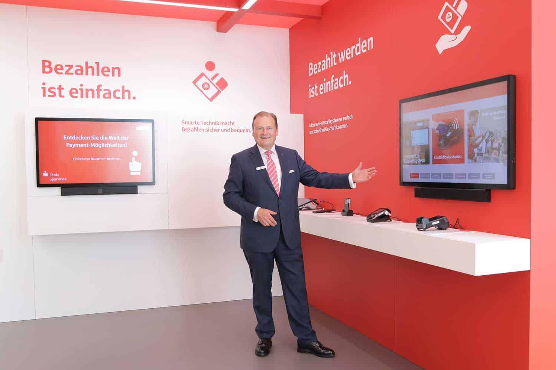 Bezahlen zum Anfassen - Förde Sparkasse eröffnet multimedialen Bezahllösungen-Showroom