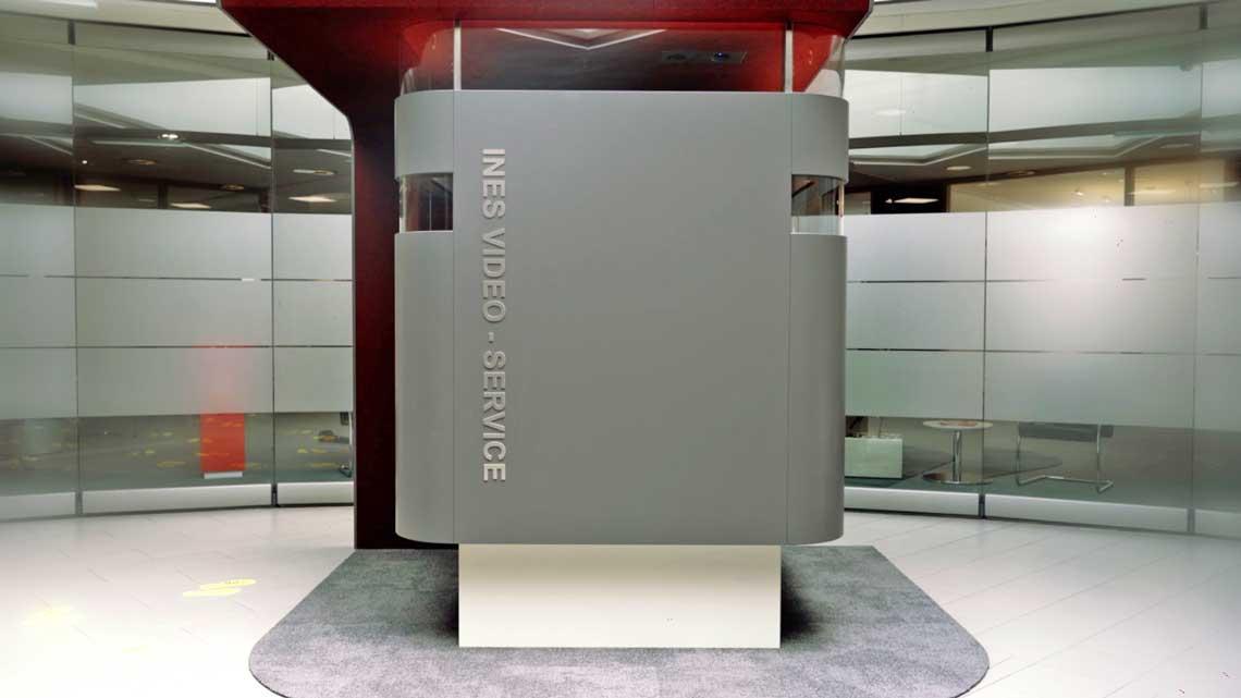 Die Sparkasse Oberland (Website) nutzt das Produkt in der Schalterhalle des Hauptstandorts in Weilheim und bietet darüber eine Schalterberatung von 8 bis 18 Uhr.