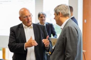 Zum Projektstart trafen sich Stefan Riedel, Vorstandsmitglied der Adesso SE (li.) und Gregor Asshoff, Vorstand von Soka-Bau (re.). <Q> Adesso Insurance Solutions